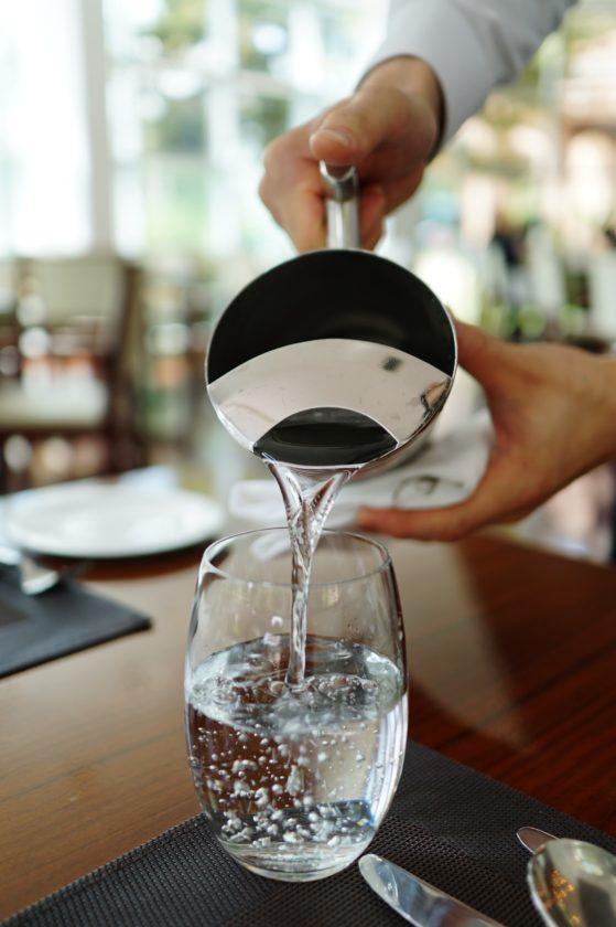 Eine Glaskaraffe bleibt mit Wasserfilter sauber.