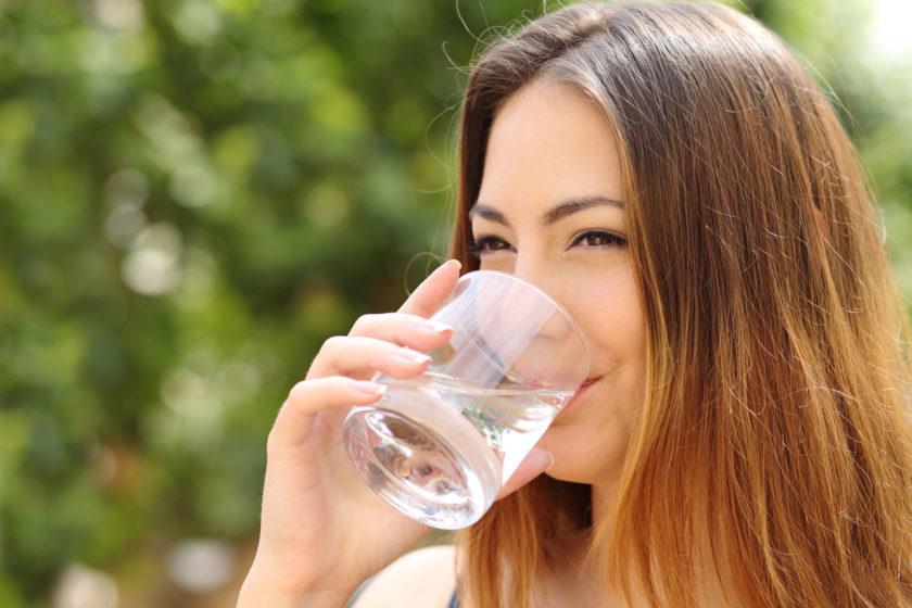 Fasten Ratgeber: Frau trinkt Wasser.