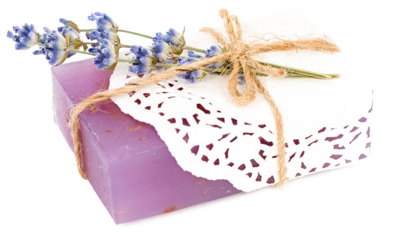 Nachhaltige und biologisch abbaubare Seifenstücke mit Lavendel.