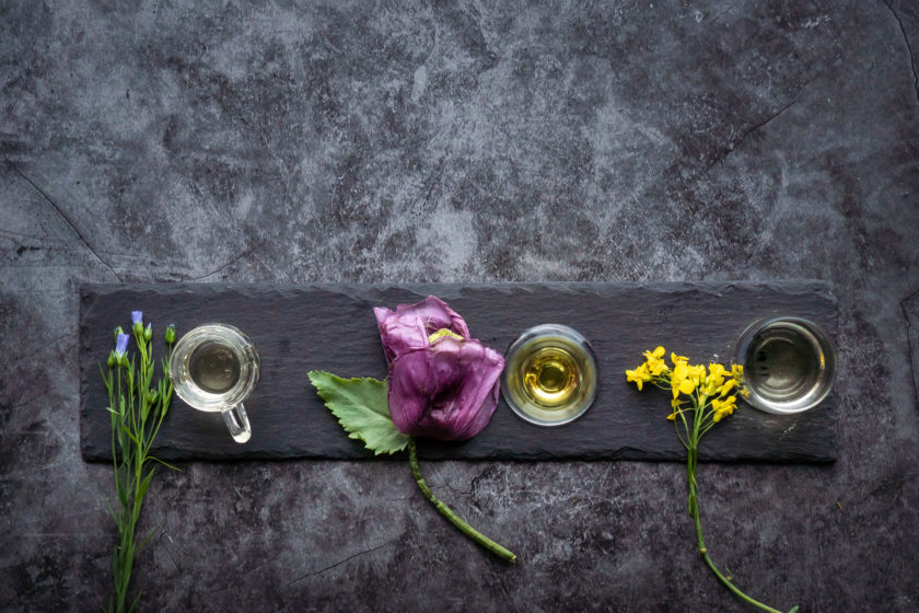Rapsöl, Mohnöl und Flachsöl auf schöner Schieferplatte