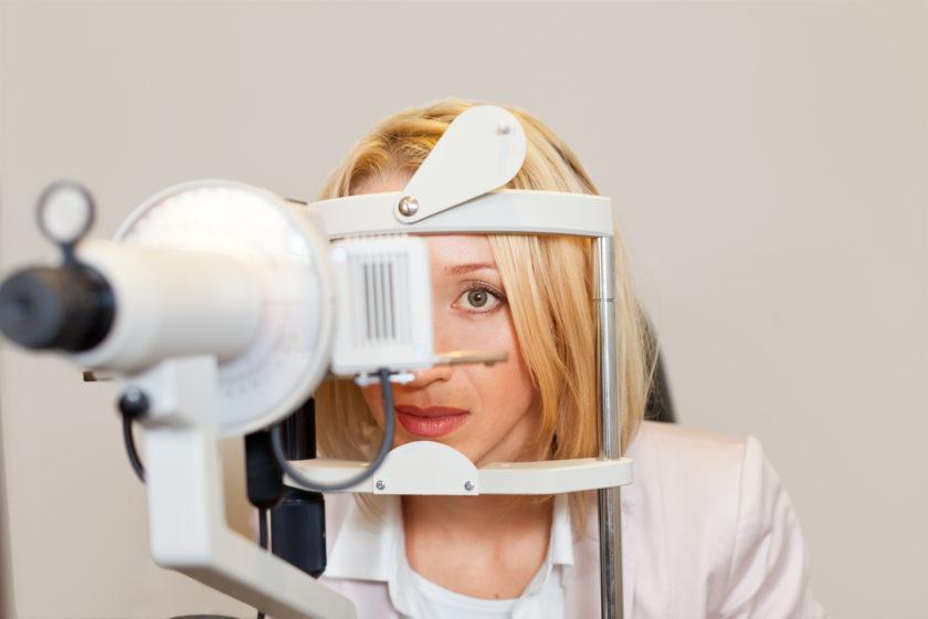Wenn du deine Brille loswerden möchtest, kann dir eine Lochbrille beim Training helfen.