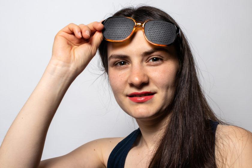 Mit einer Rasterbrille können Sehschwächen und Fehlsichtigkeiten auf natürliche Weise wegtrainiert werden.