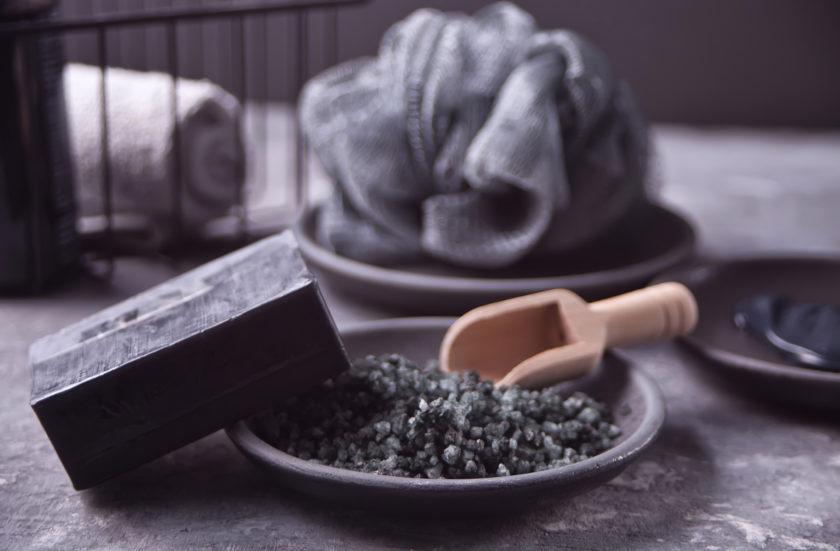 Schwarze Seife ist ein echter Gamechanger in der Kosmetik. Sie ist schon uralt, wird aber in Europa erst langsam bekannt.