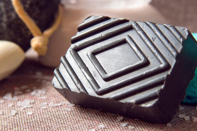 Die schwarze Seife ist ein sehr gutes, nachhaltiges Naturkosmetik-Produkt. Es gibt sie in vegan, sie reinigt ohne schädliche Zusätze und in der festen Variante kannst du sehr viel Plastik einsparen. Und im Bad ist sie auf jeden Fall ein Hingucker!