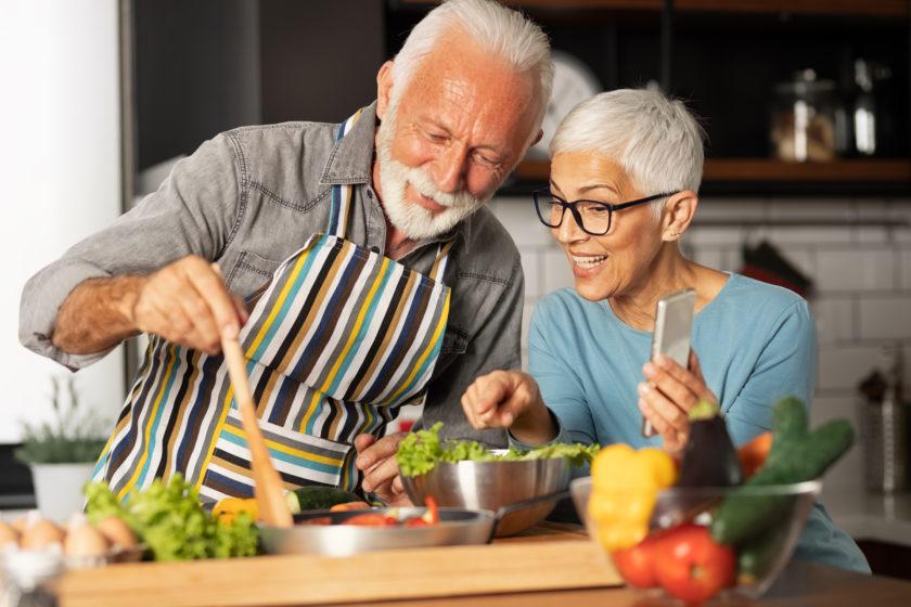 Ein älteres Ehepaar beim intuitiven Kochen und Essen.