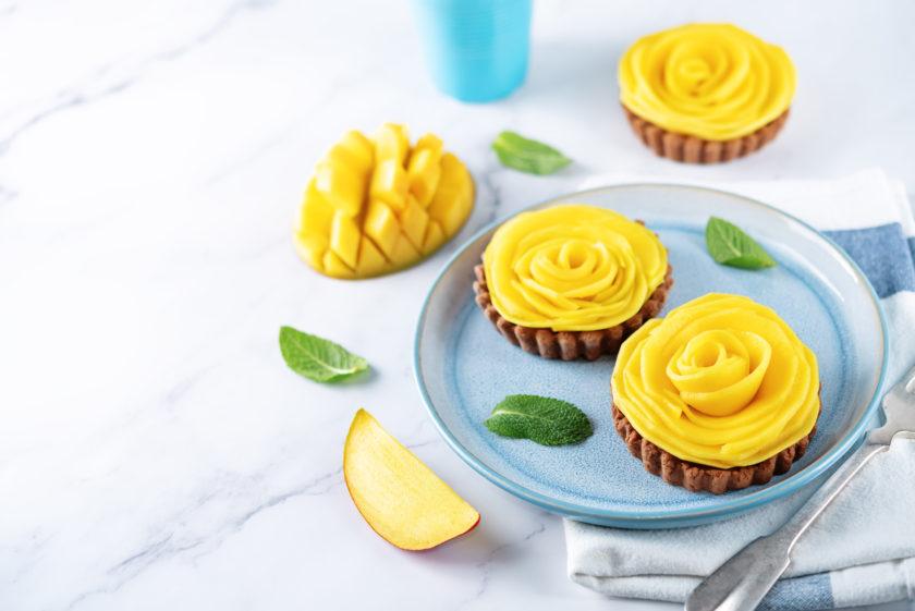 Wer intuitiv isst, wählt statt des Törtchens lieber die Mango, wenn er Heißhunger auf Süßes hat.