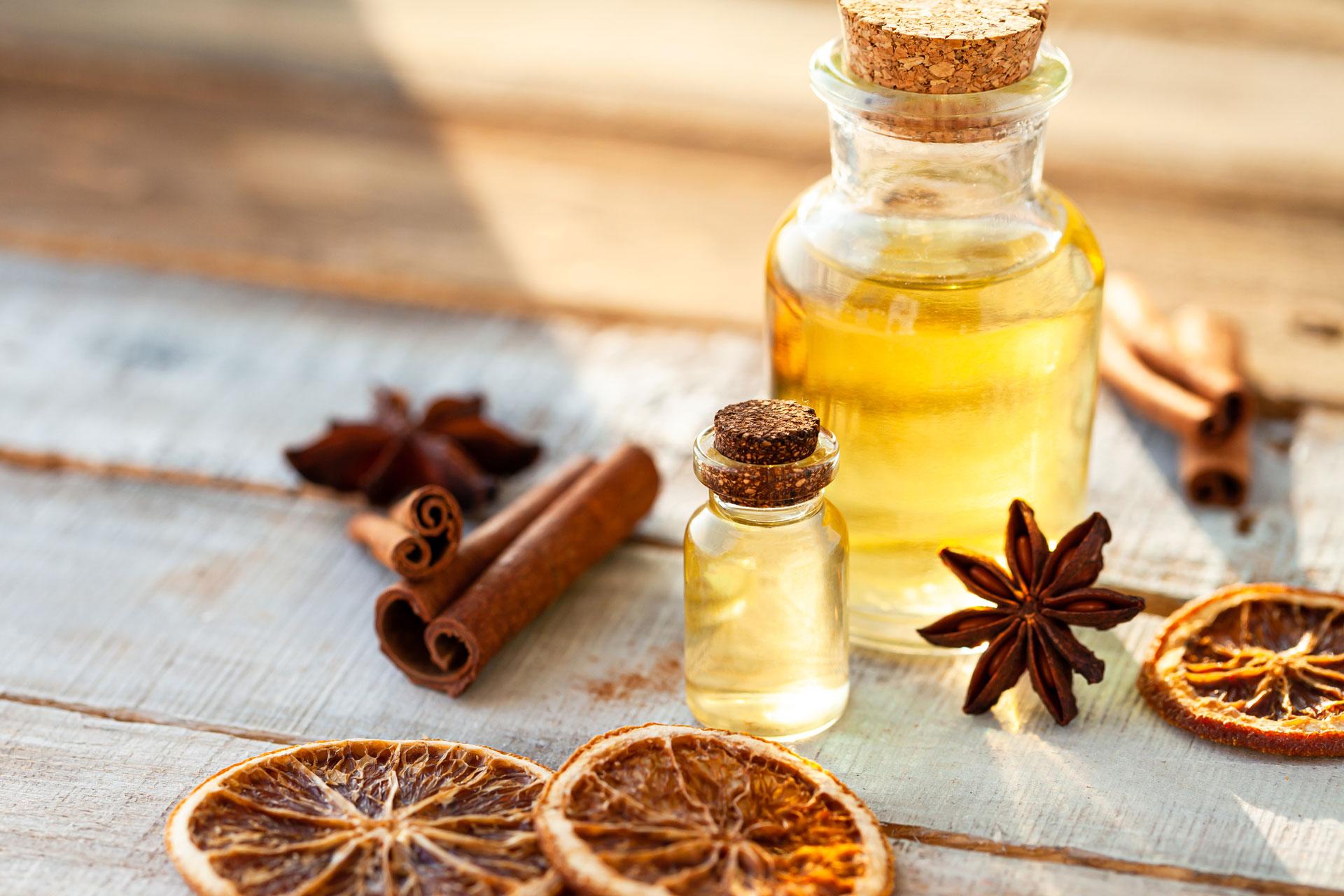 Anisöl, Orangenöl, Nelkenöl, Zimtöl, Ölflasche auf Tisch