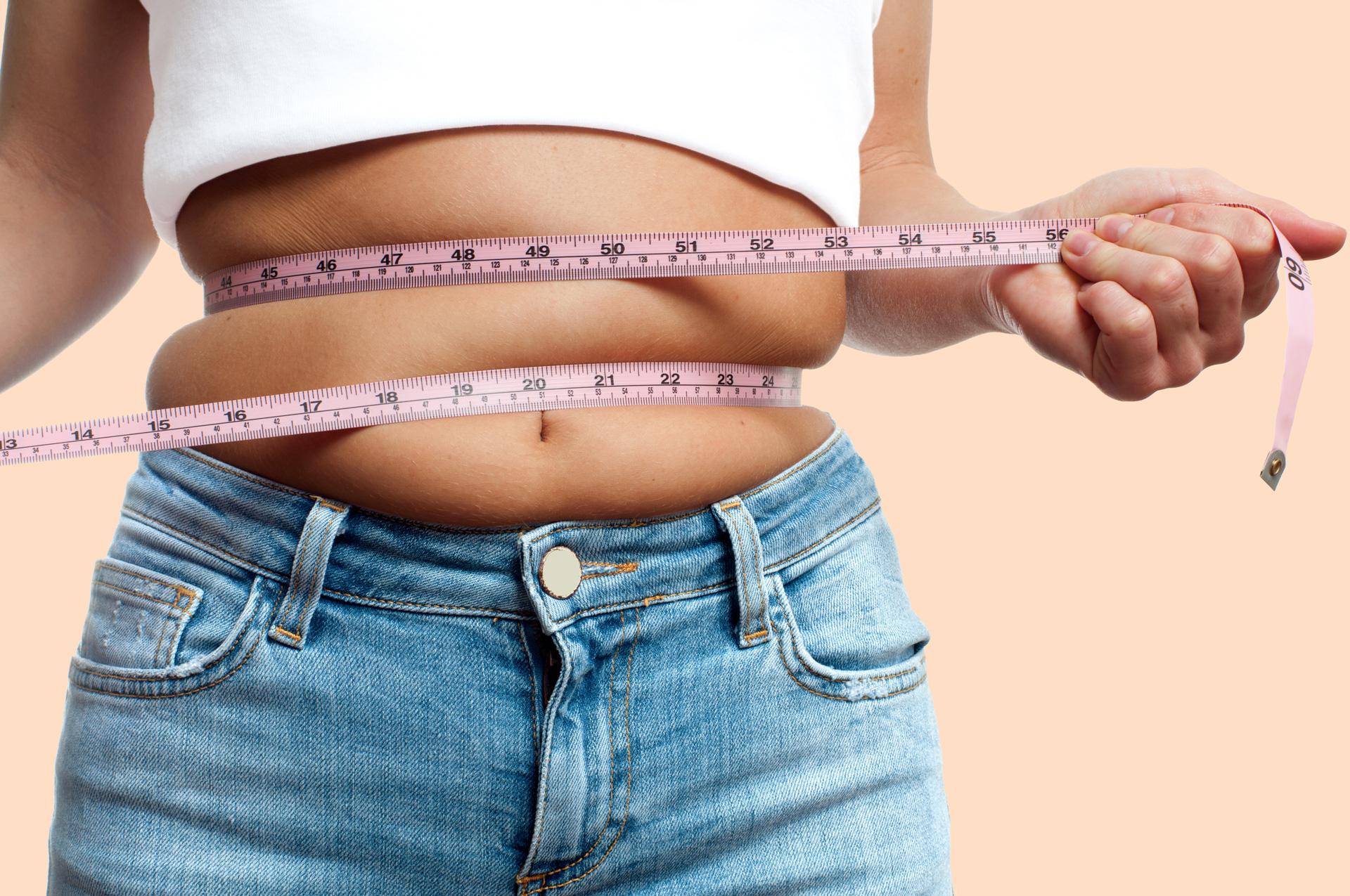 Welche Diät passt zu mir? Frau mit Maßband am Bauch
